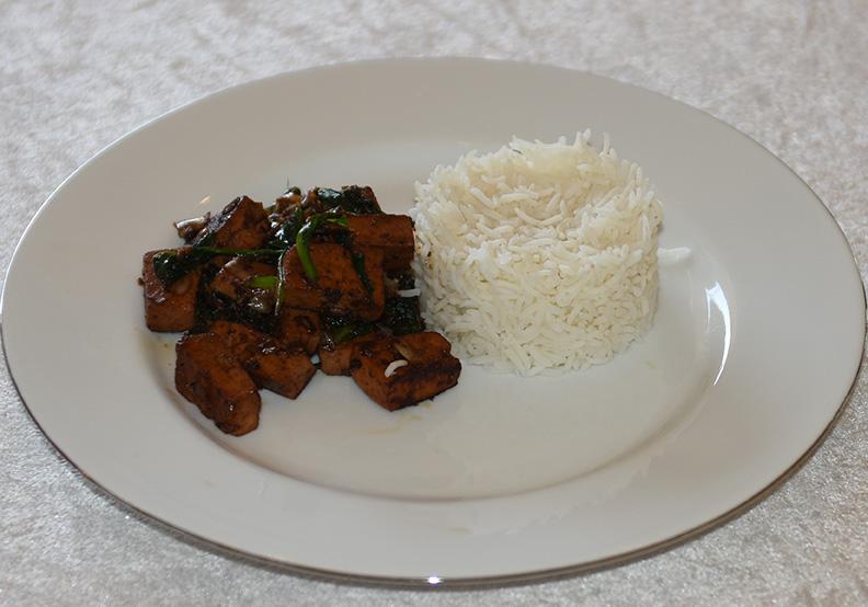 Søt ingefær tofu med spinat Ingredienser 250 g Tofu (fersk, avrent) 1 ss Ingefær (most) 4 ss Soyasaus 1 ss Soyasaus (søt) 1 ss Sukker (brunt) 200 g Spinat 1 ss Riseddik ½ ts Chili (tørket, flak) Ris