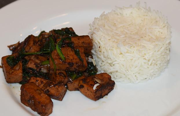 Søt ingefær tofu med spinat  Ingredienser  250 gTofu (fersk, avrent) 1 ssIngefær (most) 4 ssSoyasaus 1 ssSoyasaus (søt) 1 ssSukker (brunt) 200 gSpinat 1 ssRiseddik  ½ tsChili (tørket, flak) Ris