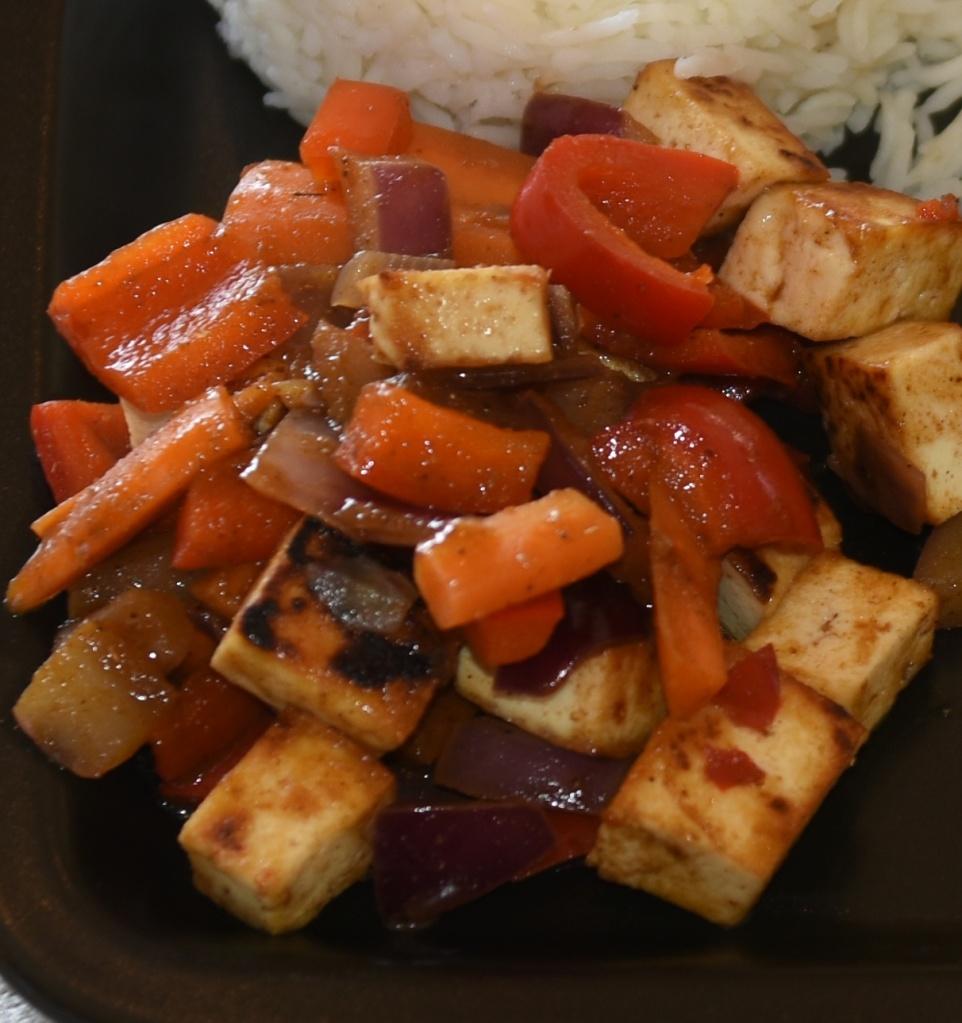 Tika-masala Tofu med ris Ingredienser: 250 g Tofu (fast, avrent) 2 ss Olje (nøytral) ¼ Purreløk 1 Paprika 2 Gulerøtter 1 Løk (rød) 1 ts Tikka-masala pulver 2 ts Soyasaus 1 ss Søt chilisaus 1 ss Vann Koriander, Lime Ris
