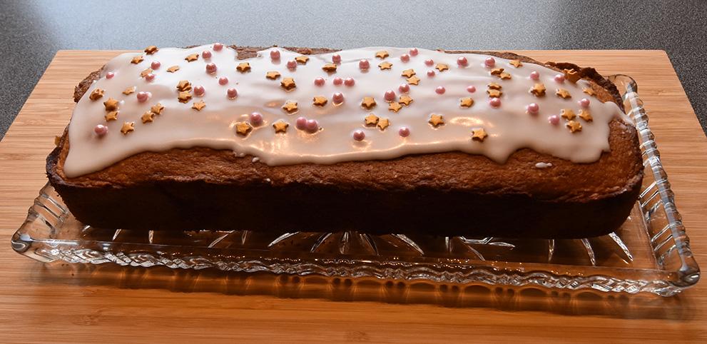 Sitronformkake etter oppskrift fra Baker Brun Ingredienser: 2 dl Sukker 180 gSmør  3Egg 3,6 dl Hvetemel  1½ ts Bakepulver 1 tsVaniljesukker 1Sitron (revet skall) Sitronsaft ( ca. ½ dl )