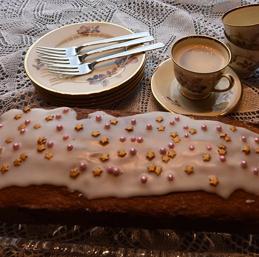 Sitronformkake etter oppskrift fra Baker Brun Ingredienser: 2 dl Sukker 180 g Smør 3 Egg 3,6 dl Hvetemel 1½ ts Bakepulver 1 ts Vaniljesukker 1 Sitron (revet skall) Sitronsaft ( ca. ½ dl )