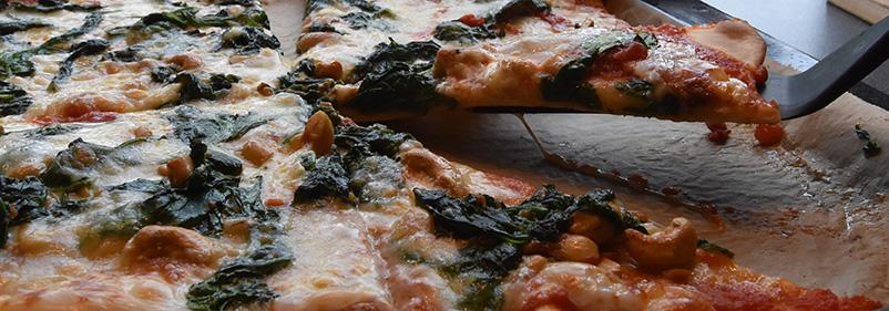 Spinatpizza Ingredienser - Fyll 1 bx Tomater (hermetiske) 4 fedd Hvitløk (finhakket) 5 ss Olivenolje Basilikum (blader) Cashewnøtter 2 pk Spinat (fersk) 2 Mozzarella (skivet) 6 ss Parmesan (revet) 1 ss Olivenolje (valgfritt)