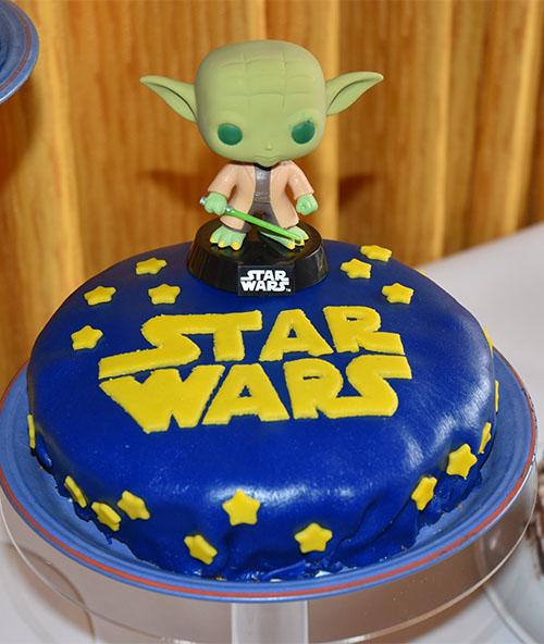 """Del 2 av Starwars kaka."""" Er Starwars logoen"""" og. består av en bløtkakebunn, bringebær, vaniljekrem og pisket krem"""