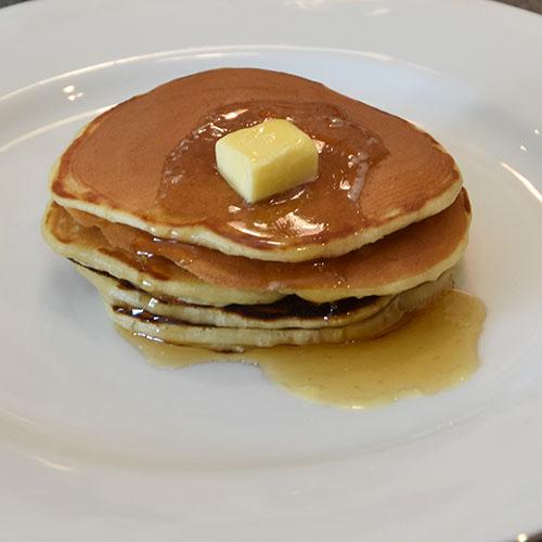 amerikanske pannekake Ingredienser 50 g Smør 2½ dl Melk 2 Egg 3 dl Hvetemel 2 ts Bakepulver ½ ts Salt 1 ss Sukker
