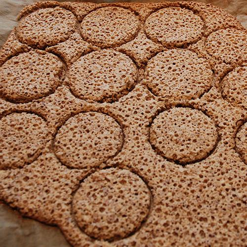 Suksessmakroner (etter oppskrift fra Baker Brun) Ingredienser: Topping: 200 g Kokesjokolade 15 Muffinsformer Suksesskrem: 1 dl Kremfløte 125 g Sukker 4 Eggeplommer 1 Vaniljestang (2 ts vaniljesukker) 150 g Smør (ekte) Mandelbunn: 500 g Mandler 500 g Sukker 7 Eggehviter