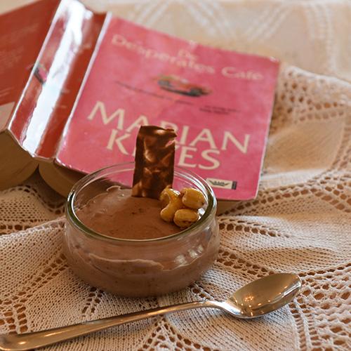 Keyes, Marian, (2006) «De Desperates Cafè», Damm og sjokolademousse Ingredienser: 3 plater Gelatin 150 g Kokesjokolade 4 ss Kaffe (sterk) 3 ss Sukker 2 Egg (delte) 3 dl Kremfløte