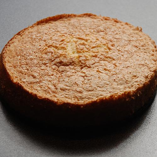 Favorittkake Ingredienser: Bunn (Favorittkake) 2 Egg 180 g Sukker 125 g Hvetemel 1 ½ ts Bakepulver 2 ts Vaniljesukker 1 dl Kokende vann