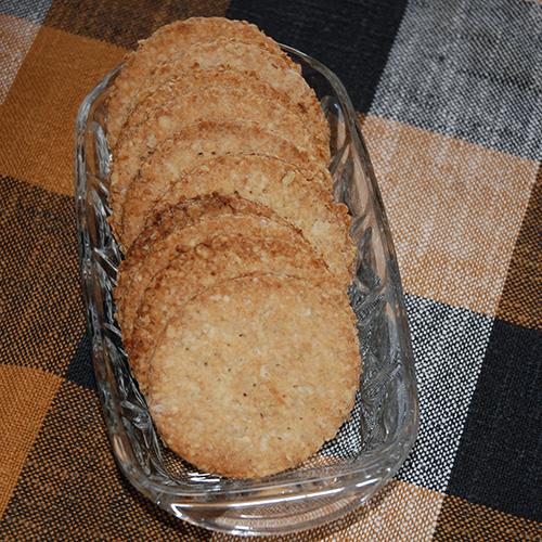 Sprø Havrekjeks:  Ingredienser  100 gMargarin 2 ssSukker 3 dlHavregryn 1 tsBakepulver ½ dlMelk 2 dl Hvetemel