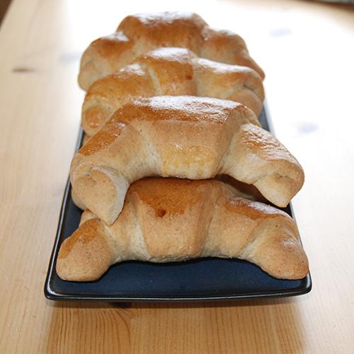 Grovere horn Ingredienser 6 dl Melk 1 pk Gjær 700 g Hvetemel 200 g Sammalt hvete (fin) 4 ss Smeltet smør 2 ts Salt 2 ss Sukker