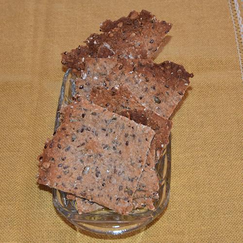 Hverdagsknekkebrød (grove)  Ingredienser: 350 gHvetemel 150 gRug (grov) 2 ts Salt 3 ¼ dlVann  50 gSurdeig 60 gLinfrø 60 gSesamfrø  60 gSolsikkefrø  60 gHavregryn