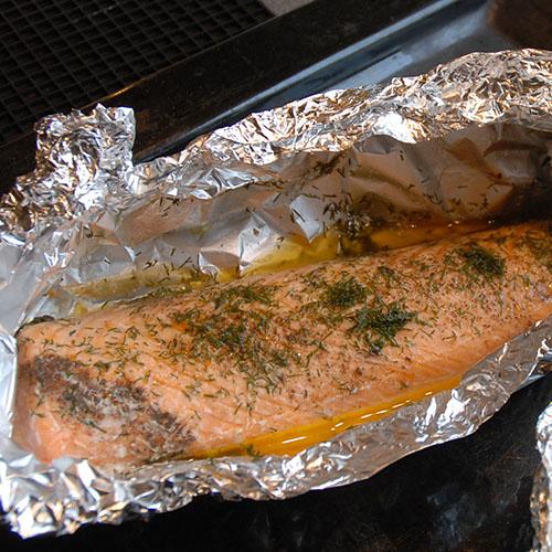 Laks med dill stekt i ovn  Ingredienser  1Lakseside  2-3 ssSmør  Salt, pepper Dill