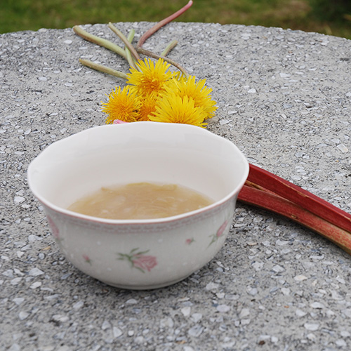 Rabarbragrøt  Ingredienser:  400 gRabarbra (ferdig renset) 7 ½  dlVann 1 – 1 ½ dlSukker     2 ssPotetmel   ½ dlKaldt vann