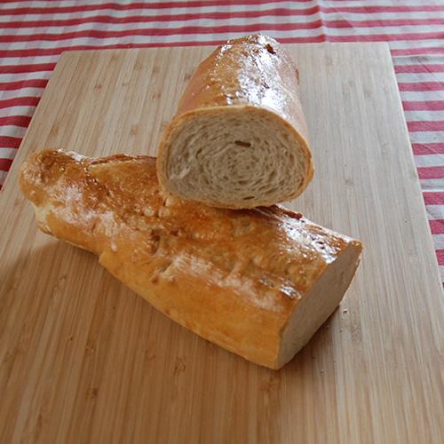 """""""Baguette"""" - kanskje Ingredienser 3 ss Smør (smeltet) 2 dl Vann (lunken) ½ pk Gjær 350 g Hvetemel 1 ts Salt 1 Eggehvite (pensling)"""