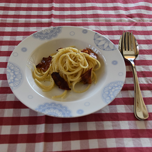 Pasta Carbonara Ingredienser 200 g Bacon (skivet) 4 Eggeplommer 1 - 1½ dl Fløte ½ - 1 dl Parmesan (revet) Pepper (nykvernet) 400 g Spagetti