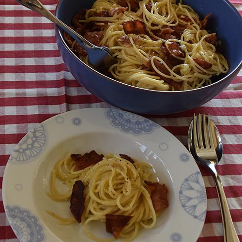 Pasta Carbonara Ingredienser  200 gBacon (skivet) 4 Eggeplommer 1 - 1½ dlFløte  ½ - 1 dlParmesan (revet) Pepper (nykvernet) 400 gSpagetti