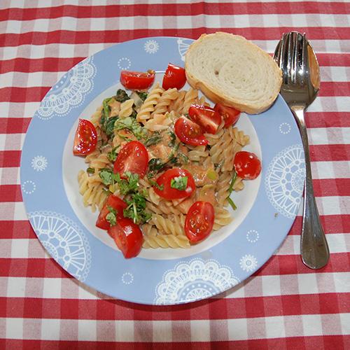 Kremet pastasaus med spinat og cherrytomater  Ingredienser: 1 ss Olje  1 ss Smør  1 Løk  ½ Purre  3 fedd Hvitløk  ½ bx Tomater (hermetiske)  1 ts Buljongpulver 1 ss Persille (hakket)  1 ts Paprikapulver  2 dl Matfløte 400 - 500 g Spinat  400Pasta skruer 100 g Cherry tomater (delt i 4)  100 gOst   Salt, pepper    Basilikum (Hakket)