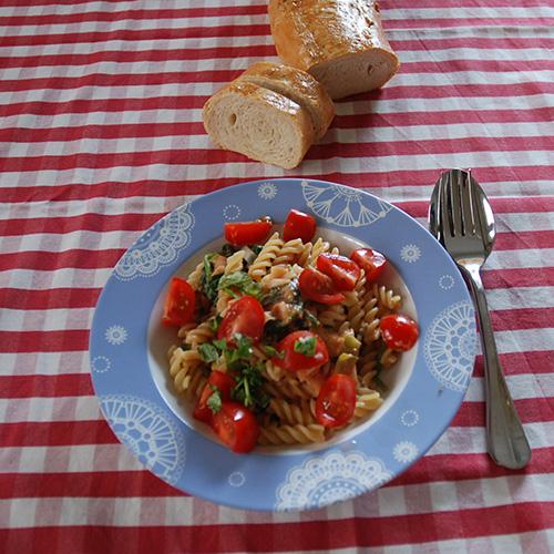 Kremet pastasaus med spinat og cherrytomater Ingredienser: 1 ss Olje 1 ss Smør 1 Løk ½ Purre 3 fedd Hvitløk ½ bx Tomater (hermetiske) 1 ts Buljongpulver 1 ss Persille (hakket) 1 ts Paprikapulver 2 dl Matfløte 400 - 500 g Spinat 400 Pasta skruer 100 g Cherry tomater (delt i 4) 100 g Ost Salt, pepper Basilikum (Hakket)