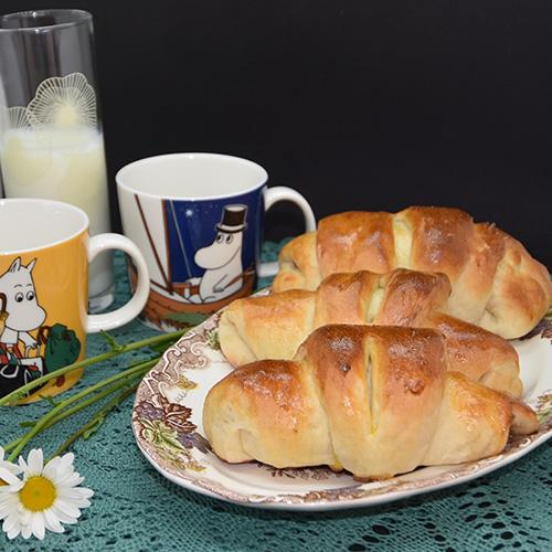 Pølsehorn Ingredienser 1 porsjon Horn (trykk her for oppskrift) 6-8 Pølser 32 skiver Hvitost