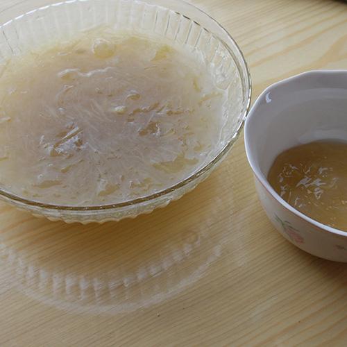Rabarbragrøt Ingredienser: 400 g Rabarbra (ferdig renset) 7 ½ dl Vann 1 – 1 ½ dl Sukker 2 ss Potetmel ½ dl Kaldt vann