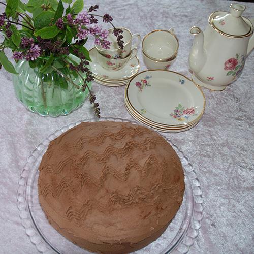 Mørk sjokoladekake etter oppskrift fra Baker Brun  Ingredienser: 7 dl Sukker 3Egg 300 g Smør (smeltet) 3 dlVann  1 bx Lettrømme 6 ss Kakaopulver 6 dlHvetemel 1 tsBakepulver