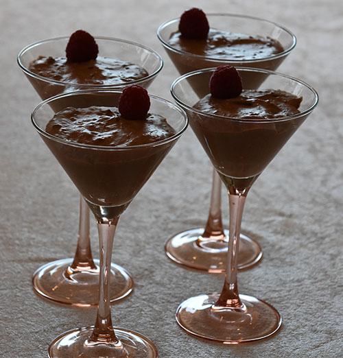 Sjokolademousse Ingredienser: 3 plater Gelatin 150 g Kokesjokolade 4 ss Kaffe (sterk) 3 ss Sukker 2 Egg (delte) 3 dl Kremfløte
