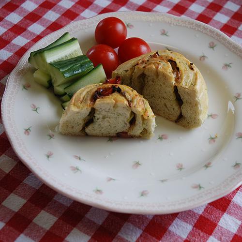Snurr med ost, persille, purre og paprika Ingredienser 3 ½ dl Vann 1 pk Gjær Ca. 600 g Hvetemel 150 g Hvitost (revet) ½ bunt Persille (hakket) ¼ - ½ Purre (hakket) 1 ts Salt 2 ts Sukker Fyll: 150 g Ost (revet) ¼ - ½ Purre i skiver ½ bunt Persille (hakket) 1 Paprika (i biter)