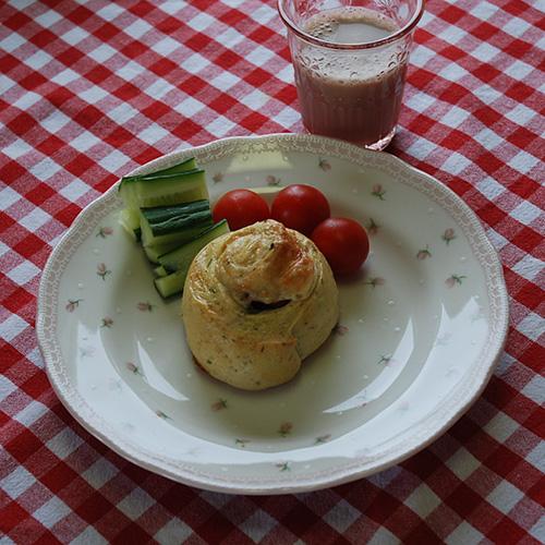 Snurrer med ost, persille, purre og skinke Ingredienser 3 ½ dl Vann 1 pk Gjær Ca. 600 g Hvetemel 150 g Hvitost (revet) ½ bunt Persille (hakket) ¼ - ½ Purre (hakket) 1 ts Salt 2 ts Sukker Fyll: 150 g Ost (revet) 150 g Skinke
