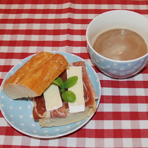 Baguette Ingredienser: 3 ss Smør (smeltet) 2 dl Vann (lunken) ½ pk Gjær 350 g Hvetemel 1 ts Salt 1 Eggehvite (pensling)