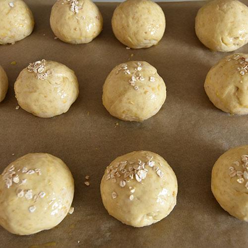 Havreboller etter oppskrift fra Baker Brun Ingredienser 6 dl Melk 150 g Smør 1 pk Gjær 750 g Hvetemel 250 g Havremel 1½ dl Sukker 1 Egg Havregryn