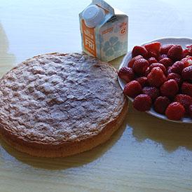 Jordbærkake etter oppskrift fra Baker Brun på blå duk Ingredienser: 4 Egg 2 dl Sukker 1 dl Hvetemel 1 dl Potetmel 1 ts Bakepulver