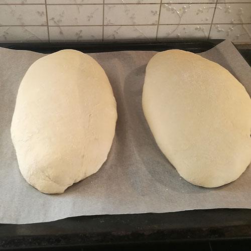Rustikk loff etter oppskrift fra Baker Brun Ingredienser: 6 dl Vann ½ pk Gjær 1 Egg 2 ts Salt 1 kg Hvetemel 2 ss Olivenolje
