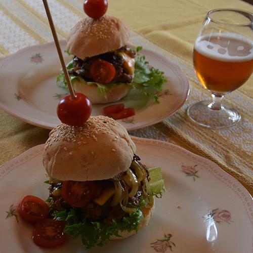 Hamburger med alt Ingredienser 500 g Kjøttdeig 1 ss Worcestershiresaus 1 ss Ketchup 1 ts Salt ½ ts Pepper
