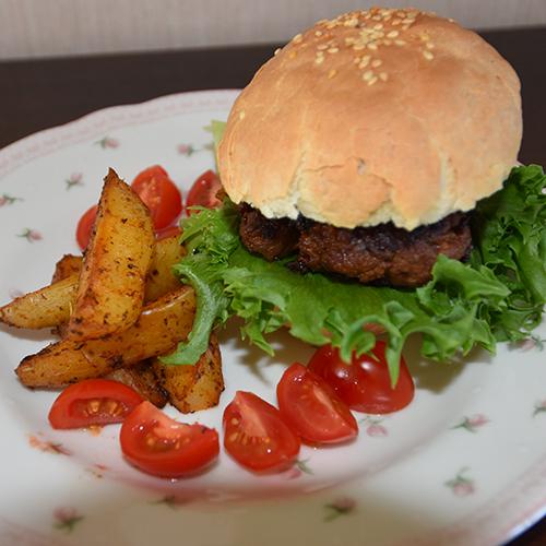 Hamburger med potetbåter Ingredienser 500 g Kjøttdeig 1 ss Worcestershiresaus 1 ss Ketchup 1 ts Salt ½ ts Pepper