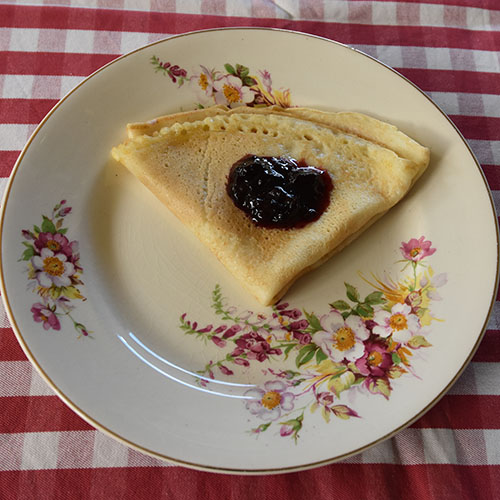Frokostpannekaker Ingredienser: 2 Egg 6 dl Melk 3 dl Hvetemel Smør