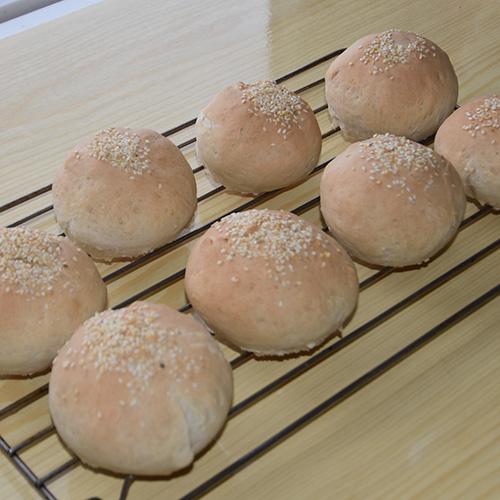 Hamburgerbrød (lyse) Ingredienser: 3 dl Melk ½ pk Gjær 3 ss Olje 450 g Hvetemel 1 ts Sukker ½ ts Salt Sesamfrø