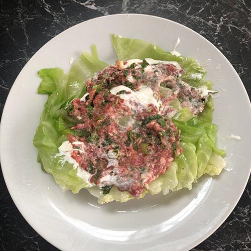 Kål med kjøttdeig Ingredienser (2 porsjoner): ½ Kålhode (lite) 200 gr Kjøttdeig 1 bunt Persille 1 bunt Vårløk 1-2 fedd Hvitløk 1 beger Rømme 1 ts Paprikapulver 1 ts Pepper 1 ts Tørket dill 1 ts Tørket hvitløk 1 ts Salt Eventuelt Kokt ris eller grønn salat.