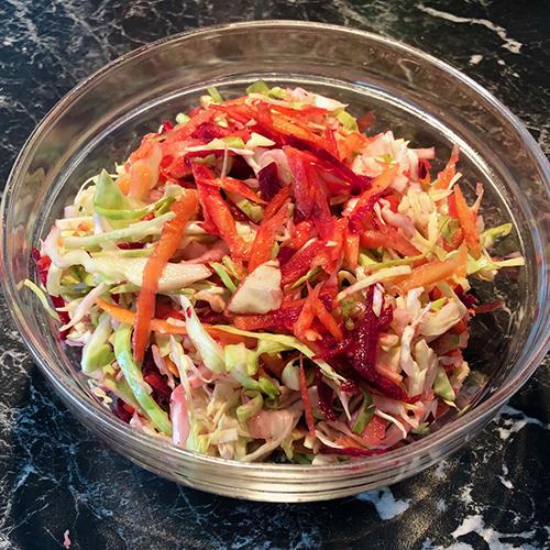 Ingredienser 1 liten eller halv Sommerkål 1-2 Gulrøtter (rå) 1 -2 små Rødbeter (rå) Halv Sitron Bunt Dill eller persille 2 ss Olivenolje Salt