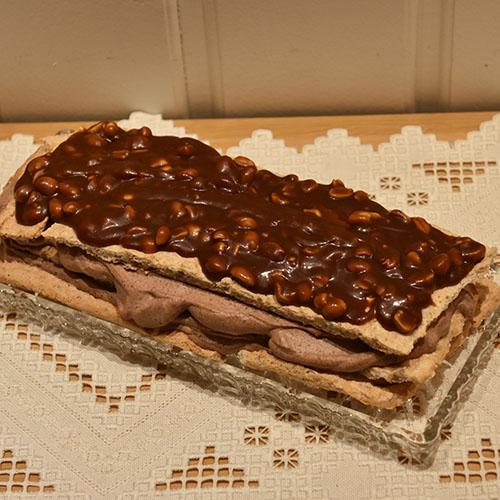Marengkake med sjokolade, peanøtter og salt karamell Ingredienser: 6 Eggehviter 4 dråper Sitron 2 dl Sukker 1½ ss Maisenna 1½ ss Vaniljesukker 100 g Mandeler 100 g Peanøtter
