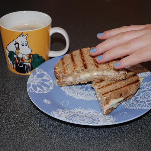 Ostesmørbrød Ingredienser: 2 skiver Brød 1 ss Hamburgerdressing 4 skiver Ost 1 skive Skinke (valgfritt)