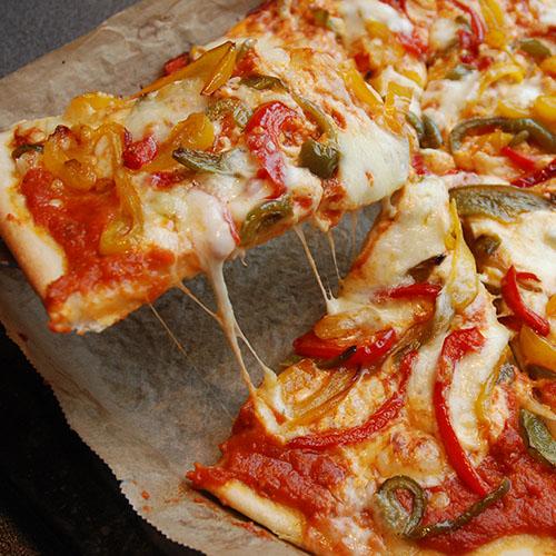 Pizza paprika Ingredienser - Fyll & topping 1 bx Tomater (hermetiske) 2 fedd Hvitløk (finhakket) 1 ss Olivenolje Basilikum (blader) 2 Mozzarella (skivet) 1 ss Olivenolje 4 Paprikaer