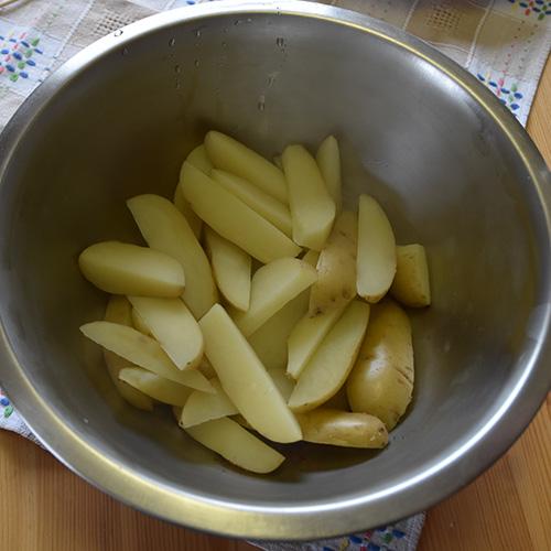 Krydrede potetbåter Ingredienser: 8 - 12 Poteter (vaskete) 3 ss Olje (oliven) 1 ss Paprikapulver 1 ts Salt 1 ss Provencekrydder