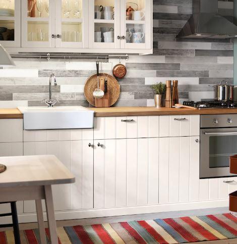 IKEA - HITTARP kjøkkenfronter har en myk hvitfarge og vertikalt mønster som gir en følelse av tradisjonelt håndverk – og skaper et personlig kjøkken med varm, landlig sjarm.