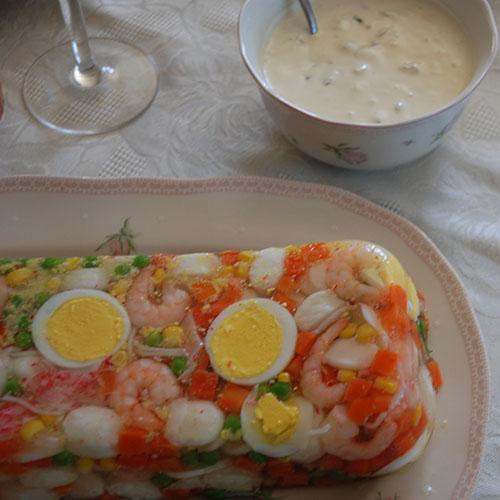 Aspik eller kabaret Ingredienser: 1 pk Aspik (lys) 3 Egg 1 pk Fiskeboller (små) ½ pk Grønnsaksblanding (am.) 1 bx Reker