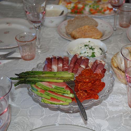 Potetsalat  Ingredienser:  6 - 8Poteter  4-6 ssMajones ½  bxRømme (lett) 1 ssSennep 2 ssLake av syltet agurk 2-4 ssHakket sylteagurk Gressløk (hakket) Salt Persille (valgfritt)
