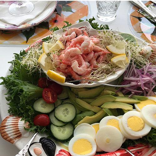 sommerlunsj med reker  Ingredienser:  500 grReker (ferske) 1Avokado 1/2Agurk 1 poseSalat blad 10 Cherrytomater 1Sitron 2 Egg (kokte) ½ Rødløk 1Loff Smør, majones