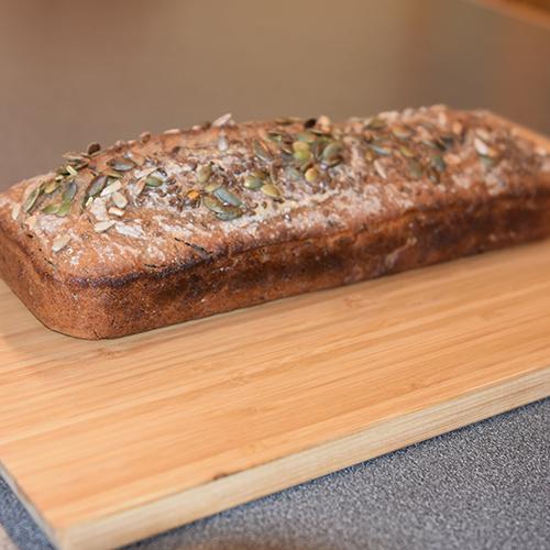 Grovt surdeigsbrød etter oppskrift fra Baker Brun med brunost Ingredienser: 600 g Hvetemel 200 g Sammalt hvete, grov 100 g Sammalt rug, grov 100 g Byggmel 20 g Salt (1 ss) 500 g Surdeig 6 ½ dl Lunkent vann Frø til pynt