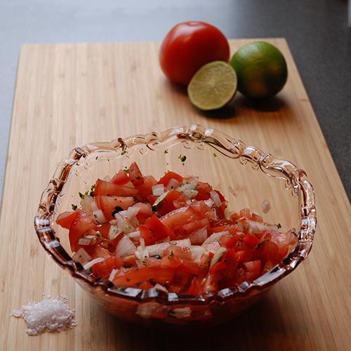 Tomatsalsa Ingredienser 4 Tomater (hakket) ½ Løk (finhakket) 1 Jalapeño chili (finhakket) ½ dl Limesaft (nypresset) 2 ss Koriander (finakket) 2 ts Salt (Maldon)