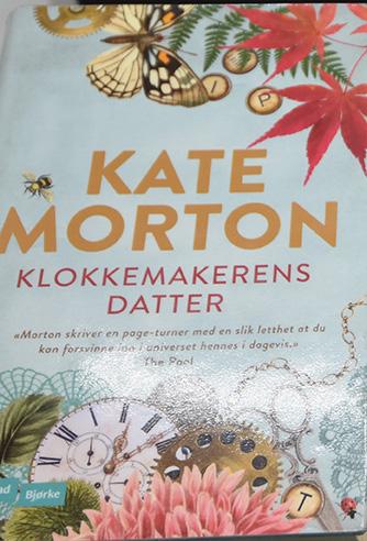 Morton, Katea (2018) «klokkemakerens datter». Vigmostad Bjørke. & Pølsehorn - https://heidisboble.no/polsehorn/