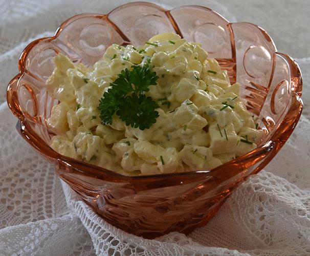 Farmors potetsalat Ingredienser: ½ kg Poteter (nypoteter) 6 ss Majones ½ bx Rømme 2 ss Sennep 2 ss Gressløk (hakket) 2 ss Persille (hakket) 1 Vårløk (hakket) Salt, pepper