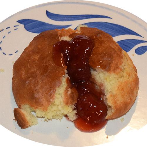 Frokostmuffins Ingredienser 75 g Smør 250 g Hvetemel 2 ts Bakepulver ½ ts Natron 50 g Sukker 1 dl Appelsinjuice 1 dl Melk 1 Egg